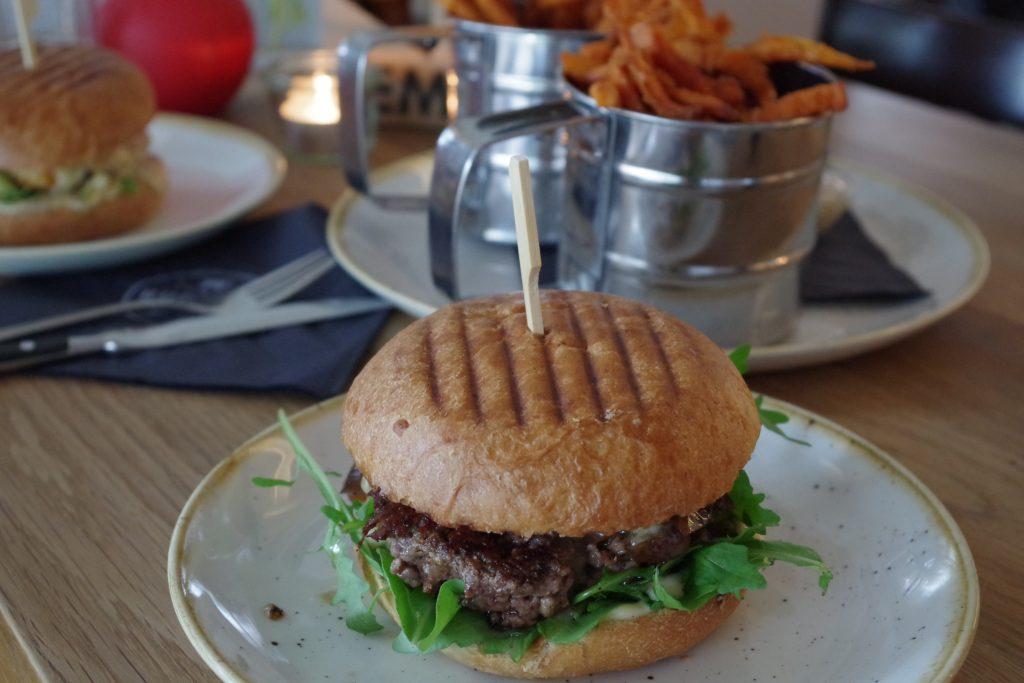 burger-süßkartoffelpommes-theburgerlab-majstatement.jpg.